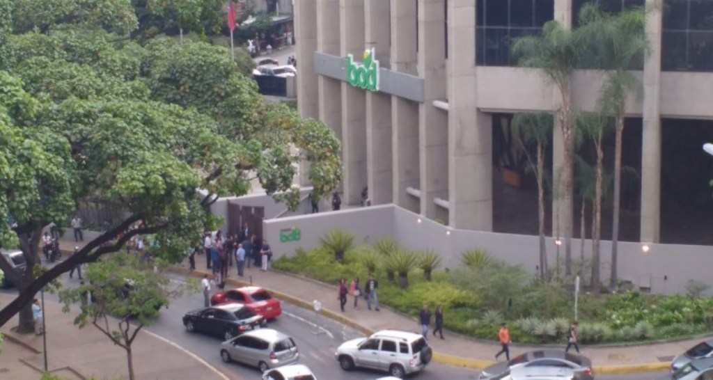 Funcionarios militares toman sede del BOD en La Castellana #4May — VIDEO+FOTOS