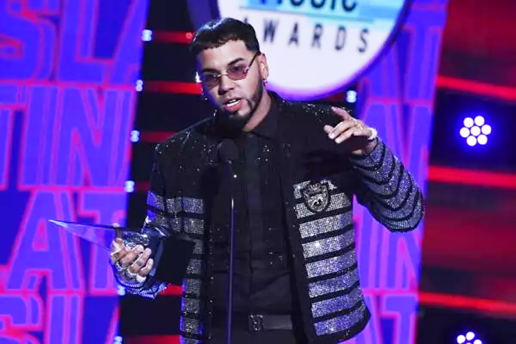 Anuel AA alzó cinco - noticiasACN